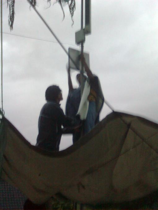 pasang anten d tengah hujan